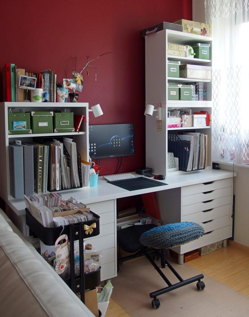 Biurko, szafki i krzesełko-klękosiad, bardzo wygodne.