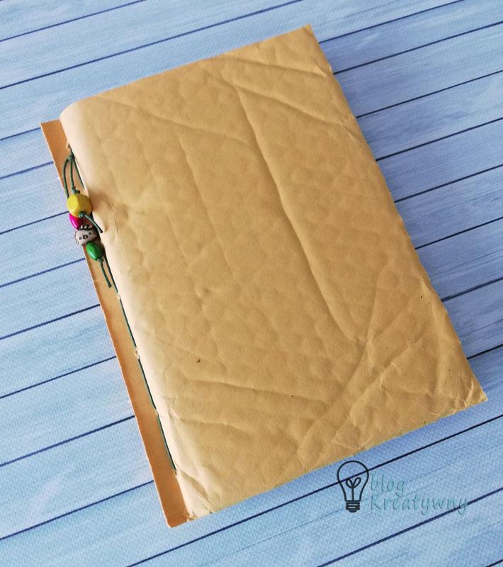 Junk journal z okładką z koperty bąbelkowej (autorka pracy - Kamila Pietroń).